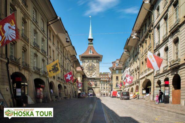 Bern – ulice před věží Zytgloggein