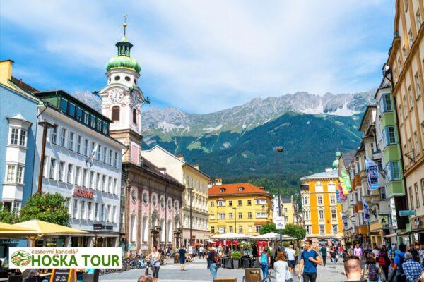 Centrum města Innsbruck v Tyrolsku a masiv pohoří Karwendel