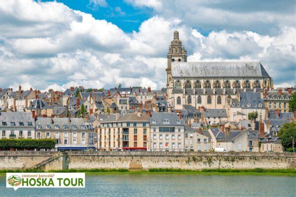 Město Blois s katedrálou na řece Loiře
